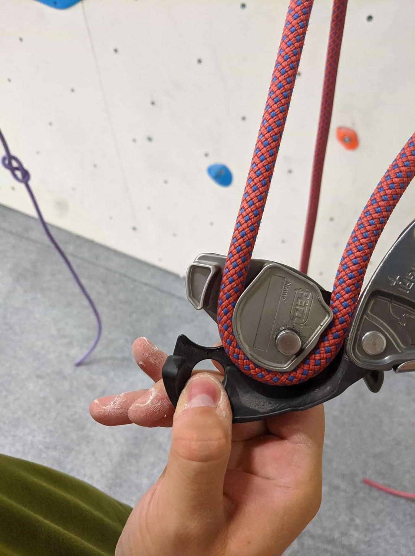 petzl grigri med öppen grind och rep med drag
